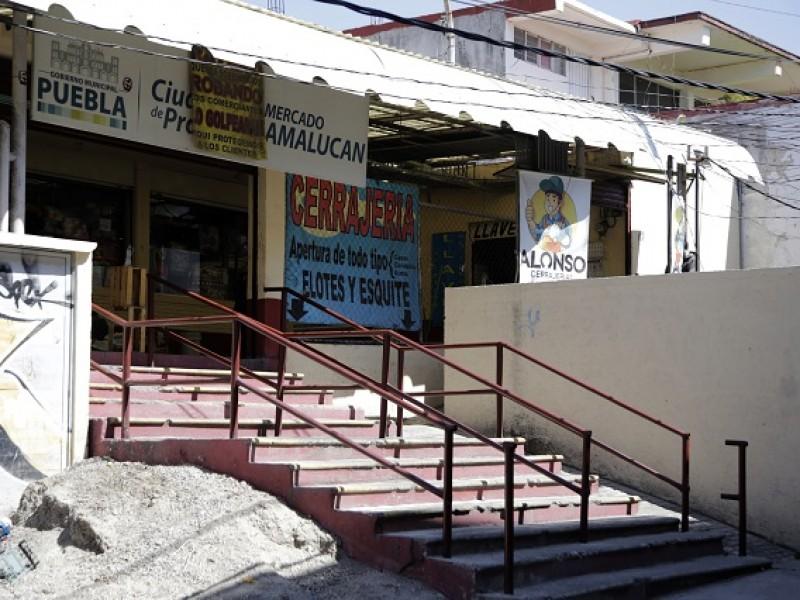 Locatarios niegan daños estructurales y socavón en mercado Amalucan