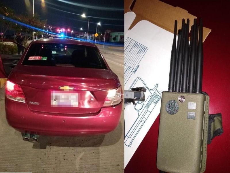 Logra PoEs detener a sujetos armados en auto robado