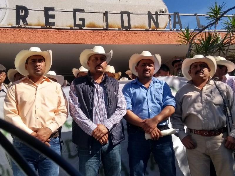 Logran ganaderos, destitución de Héctor Romero