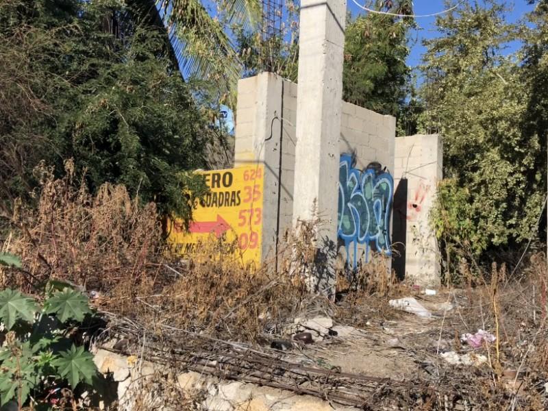 Lotes baldíos y graffiti; una constante en CSL