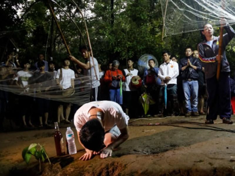 Luchan para salvar a niños atrapados en Tailandia