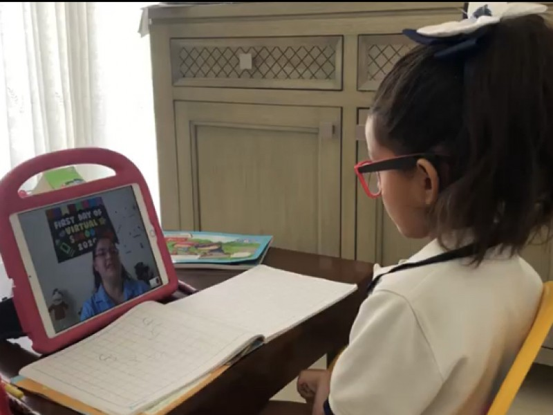 Madres se enfrentan al reto trabajar y enseñar en casa