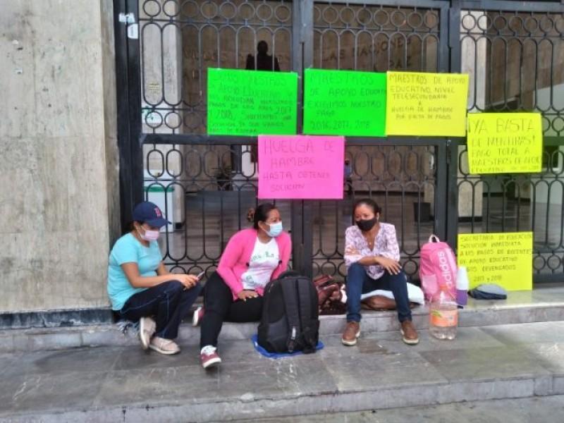 Maestras cumplen 48 horas en huelga de hambre