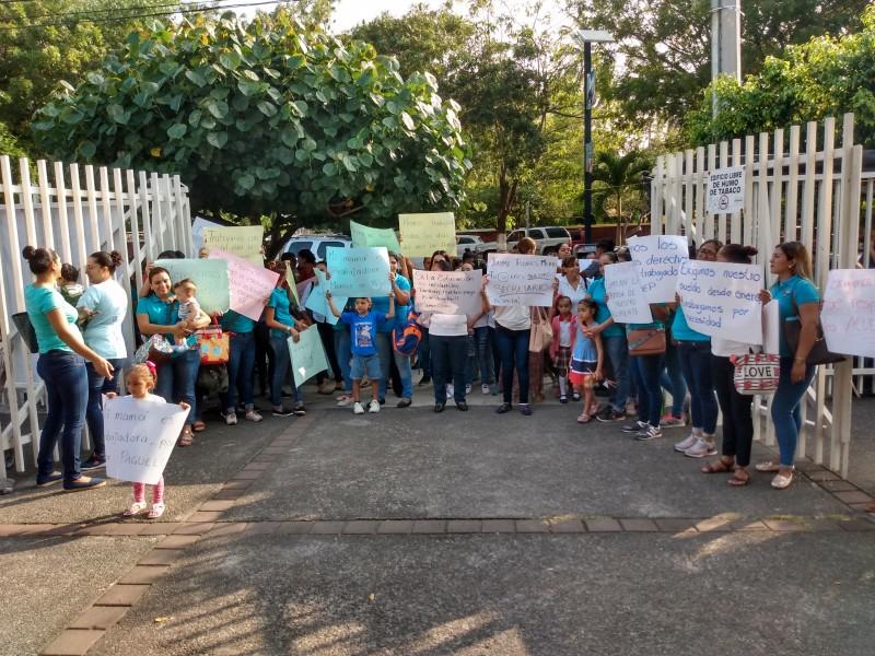 Maestras de CENDI se manifiestan en la SEP
