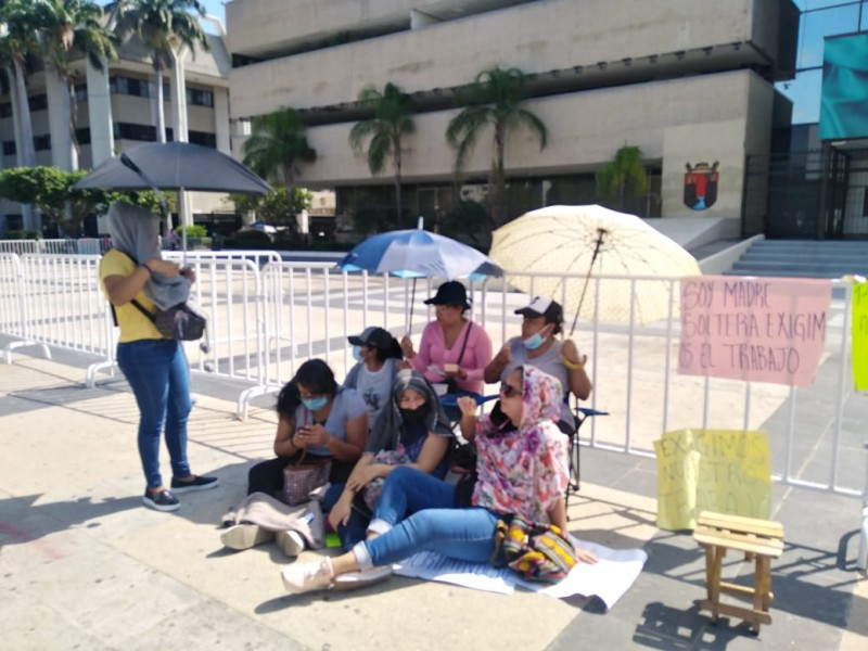 Maestras despedidas durante pandemia protestan por falta de pagos