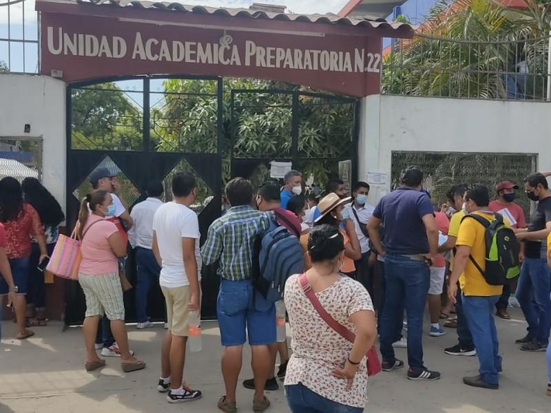 Maestros aglomeran sede especial de vacunación en Atoyac
