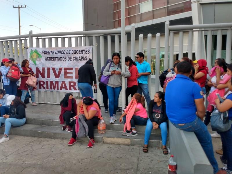 Maestros bloquean accesos a la Torre Chiapas