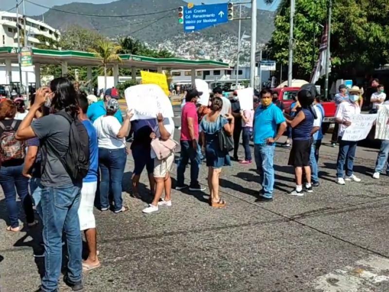 Maestros bloquean calles en Acapulco y Chilpancingo; exigen bono decembrino