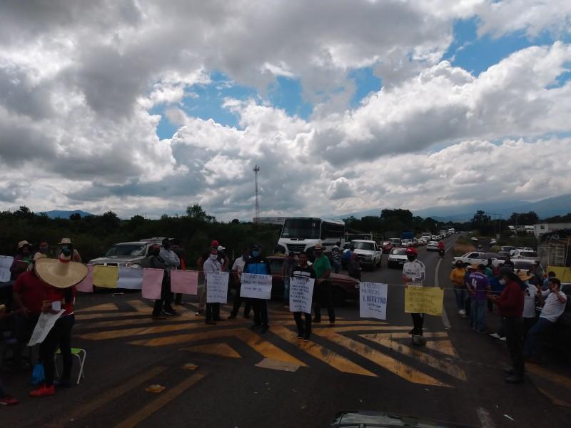 Maestros bloquean carretera Zamora-Morelia, a la altura de Tangancícuaro