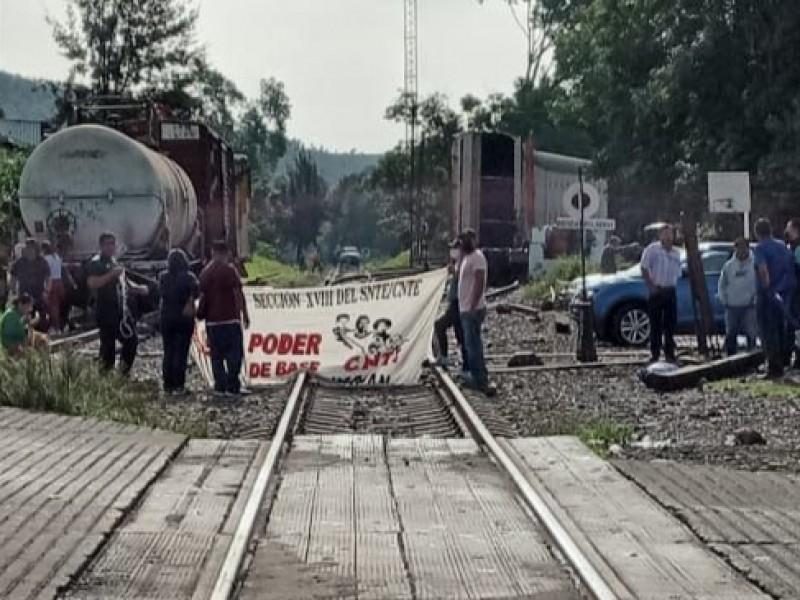 Maestros bloquean vías férreas de Caltzontzin; exigen pagos