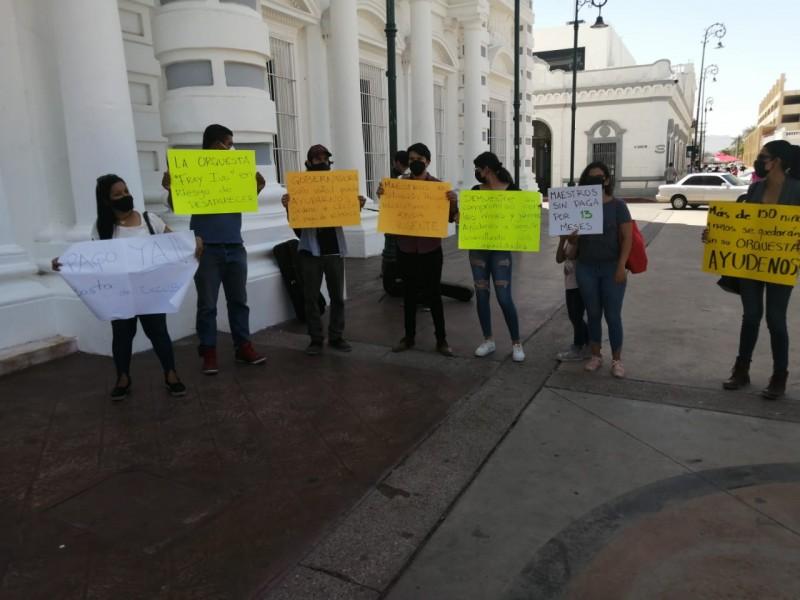 Maestros de Bellas Artes protestan en Palacio de Gobierno