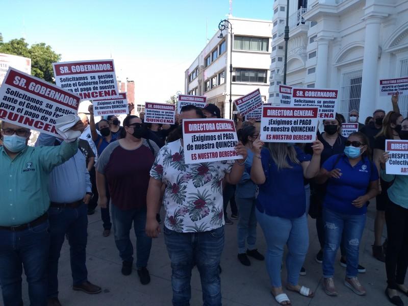 Maestros de Cecytes se manifestan para exigir pago de quincena