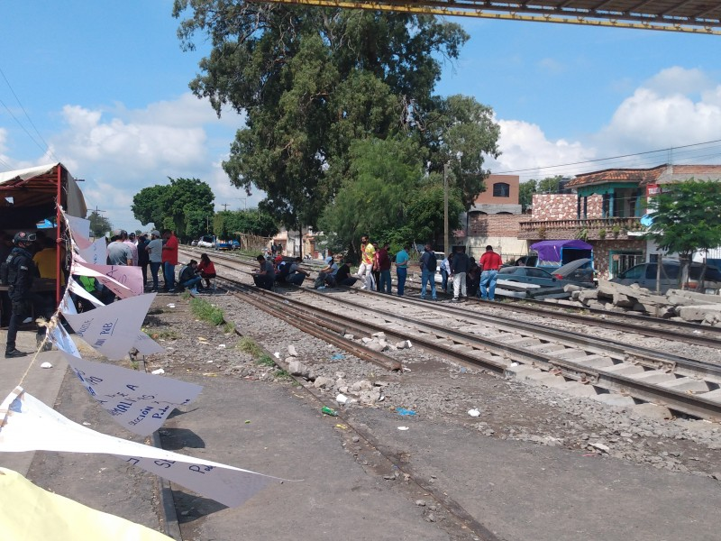 Maestros de la CNTE toman vías del tren