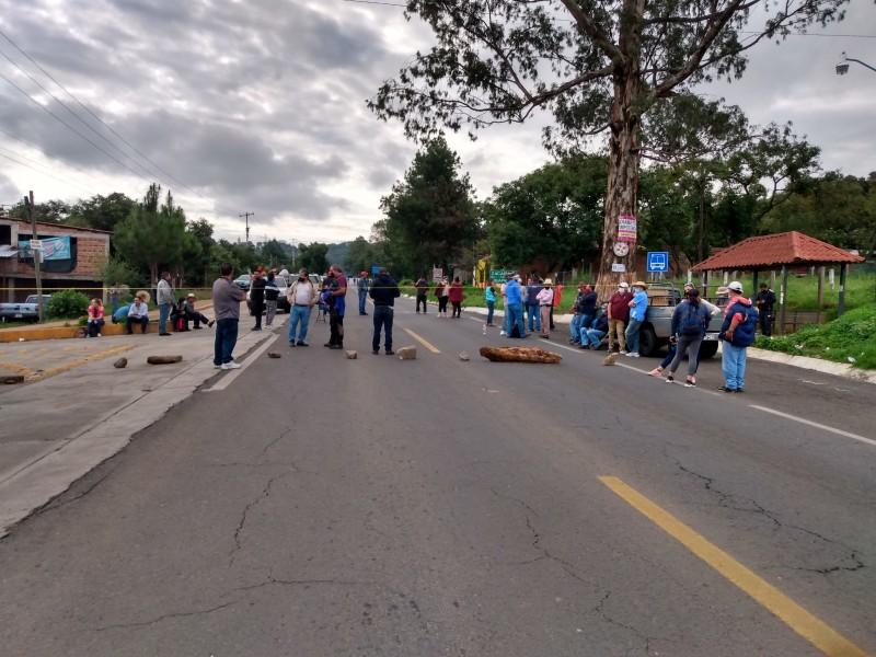 Maestros de Michoacán realizan bloqueos carreteros, automovilistas se muestran inconformes