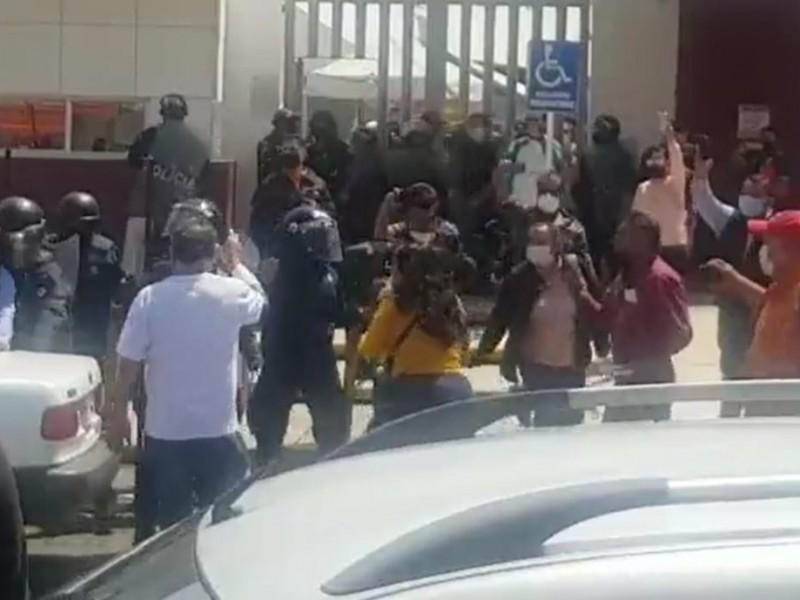 Maestros de Tecamachalco son desalojados por Policía Estatal