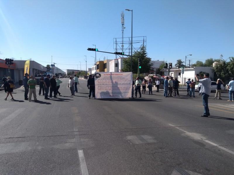 Maestros del Cobach bloquean calles para exigir pago de quincena