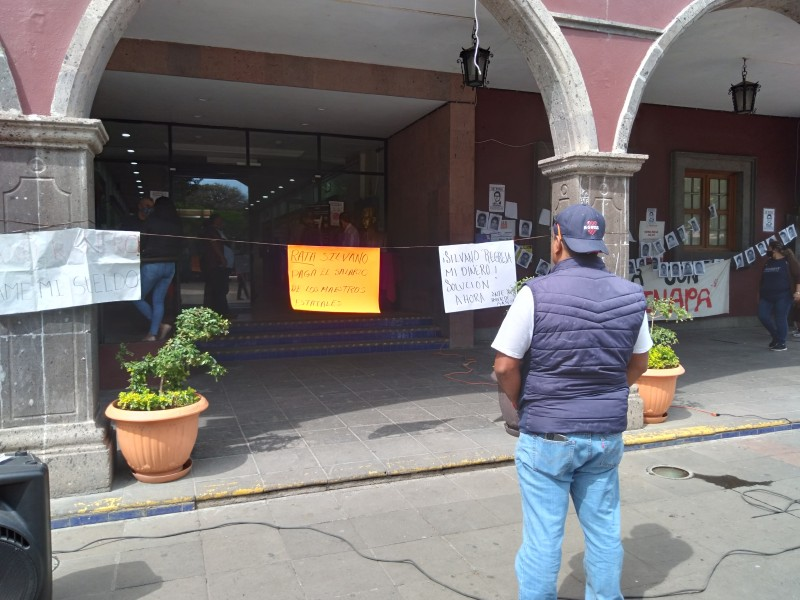 Maestros exigen pago de salarios, realizan manifestación en Zamora