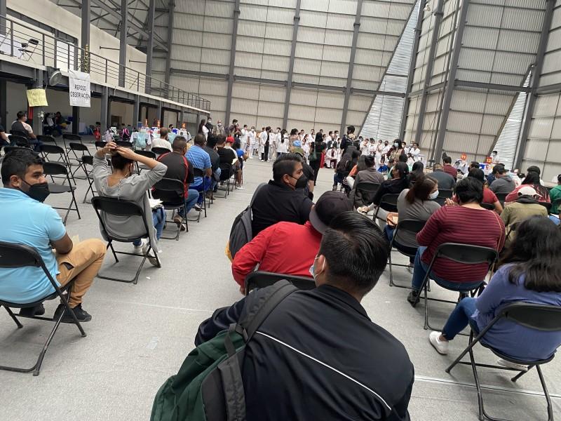 Maestros intentan vacunarse con Pfizer en Xalapa