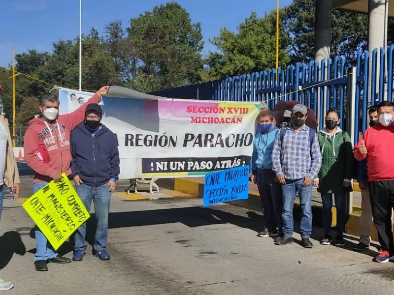 Maestros protestan y liberan paso en casetas ante adeudos salariales