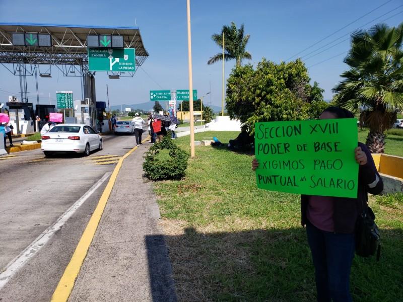 Maestros toman caseta de Ecuandureo, exigen pago de salarios