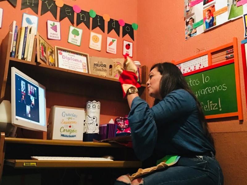 Maestros transforman su casa en un salón de clases