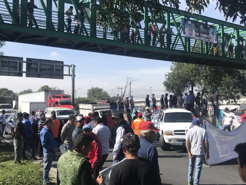 Manifestantes bloquean autopistas y carreteras