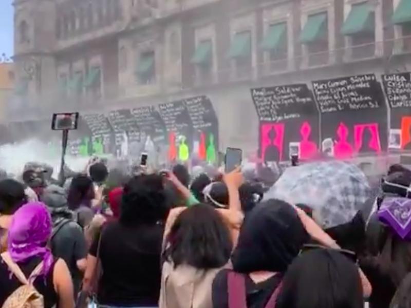 Manifestantes derriban vallas que protegían Palacio Nacional