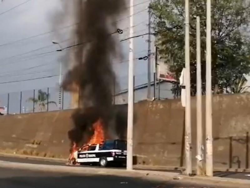 Manifestantes incendian patrulla municipal en Cuautlancingo