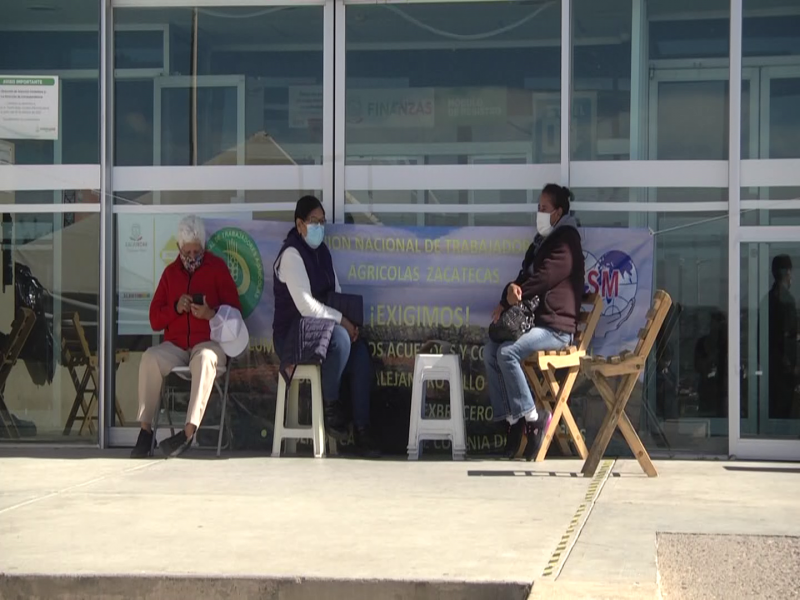 Manifestantes mantienen tomadas las instalaciones de Ciudad Administrativa