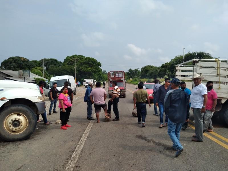 Manifestantes realizan cobro de 500 a 2000 pesos a automovilistas