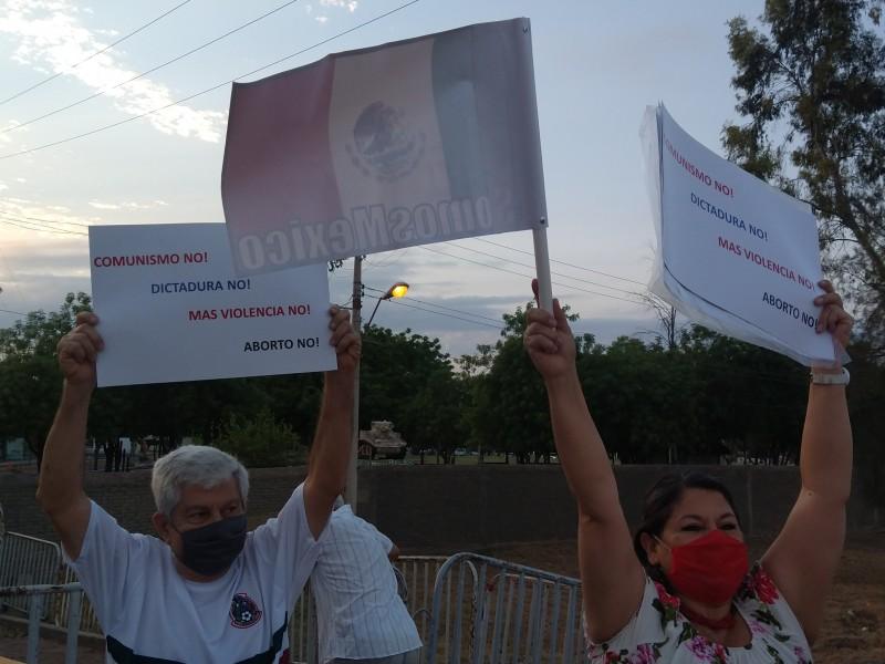 Manifestantes reciben a AMLO en Cajeme