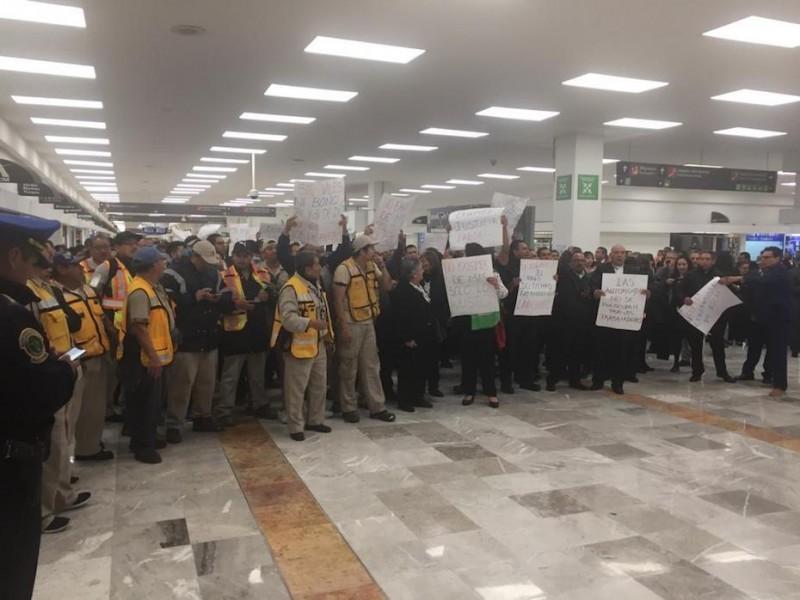Manifestantes se retiran de Terminal 1 del aeropuerto