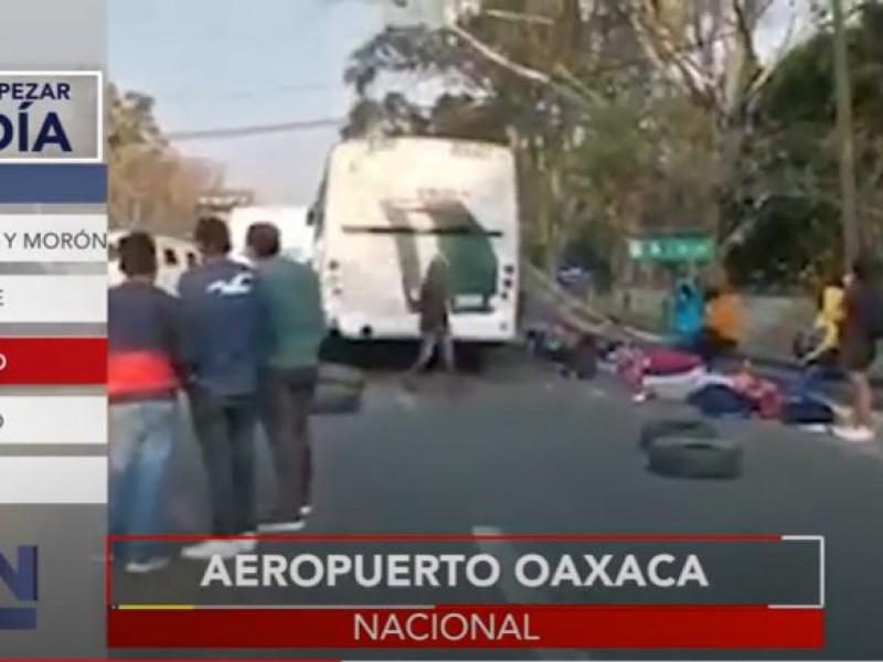 Mantienen bloqueado y paralizado el aeropuerto de Oaxaca