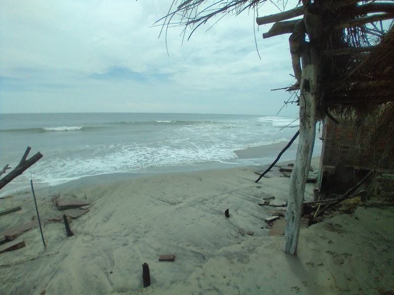 Mar arrasa con palapas y construcciones en playa Chipehua