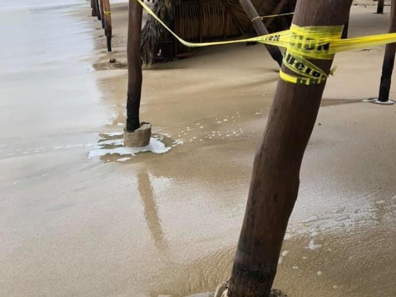 Mar de fondo daña palapas en playas de Ixtapa