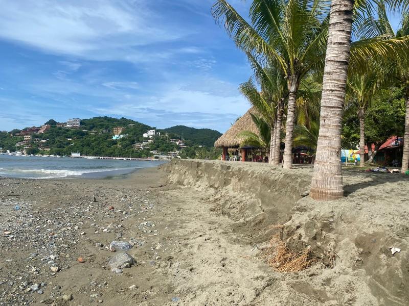 Mar de fondo erosiona playa Principal de Zihuatanejo