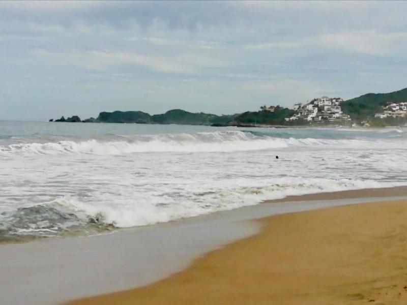 Mar de fondo sigue provocando fuerte oleaje en Ixtapa-Zihuatanejo