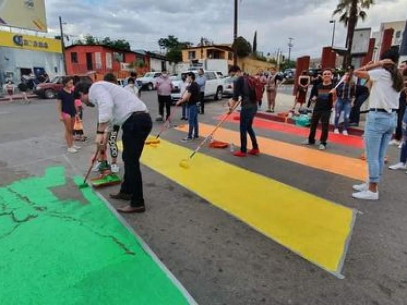 Marcan líneas peatonales con colores de bandera LGBT