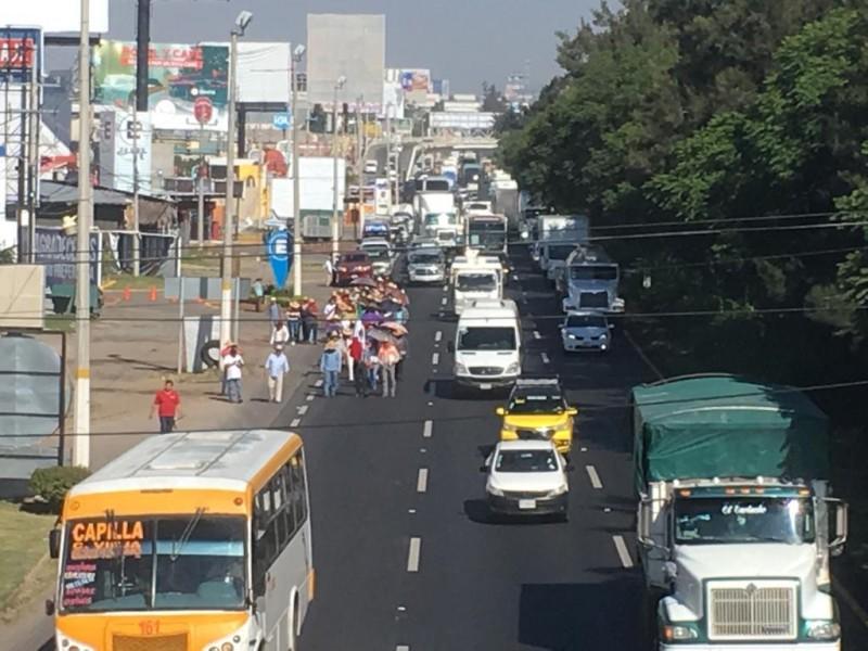 Marcha de ejidatarios colapsa carretera a Chapala