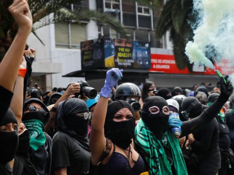 Marcha feminista frente a Palacio Nacional termina en enfrentamiento