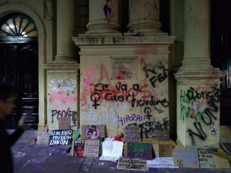 Marcha feminista termina con pintas en Catedral Metropolitana