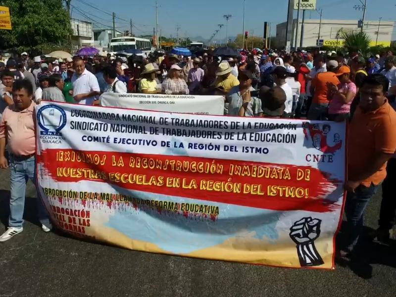 Marcha la Seccion 22 en Salina Cruz