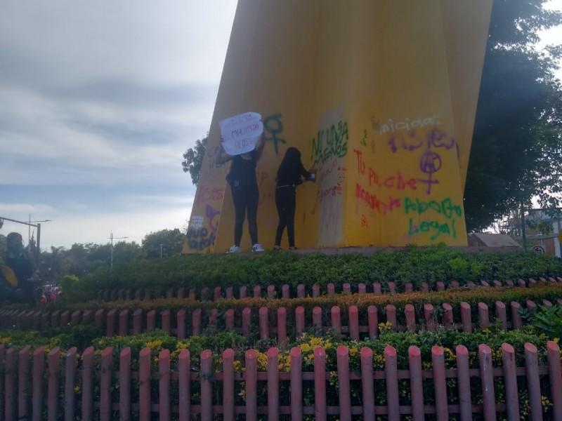 Marcha pacífica feminista termina con pintas en la capital