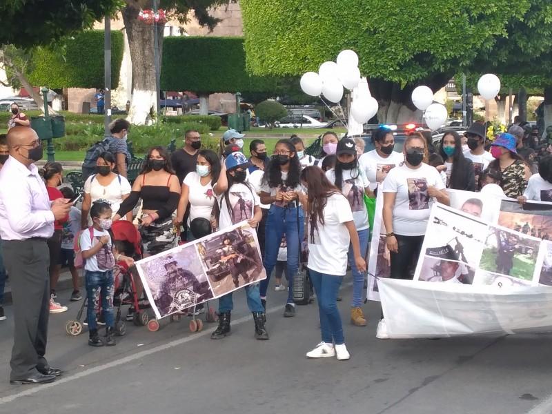 Marchan a dos años de emboscada a policías en Aguililla