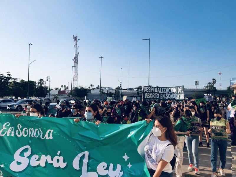 Marchan colectivas por aborto legal y seguro