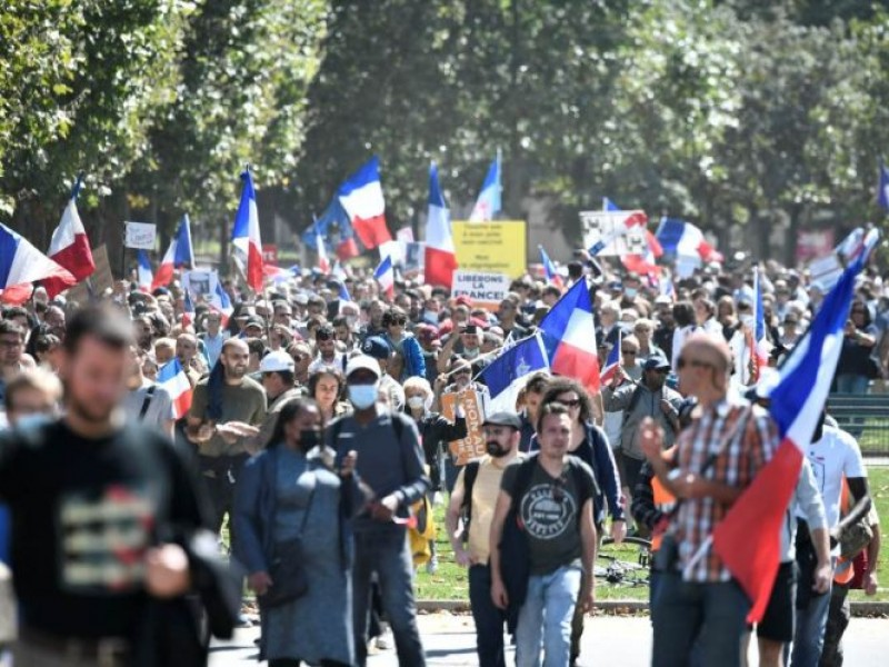Marchan contra medidas covid en Francia por cuarta semana consecutiva