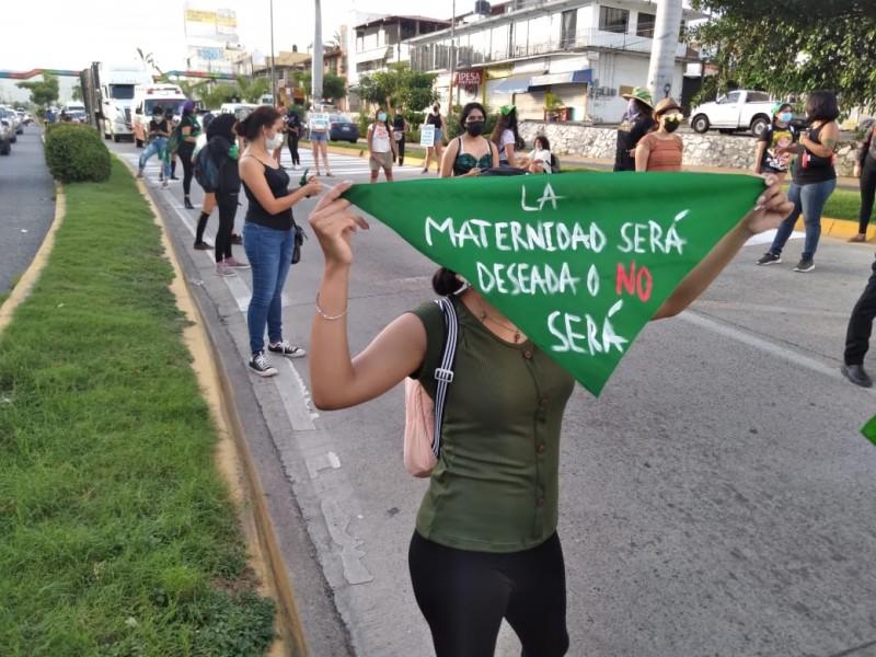 Marchan feministas por Zihuatanejo en favor del aborto