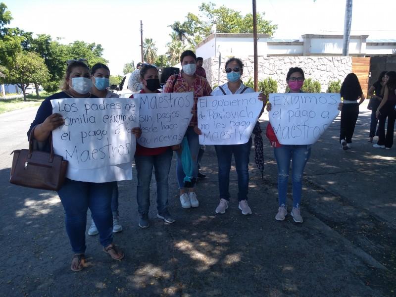 Protestan maestras en casa de Gobernadora