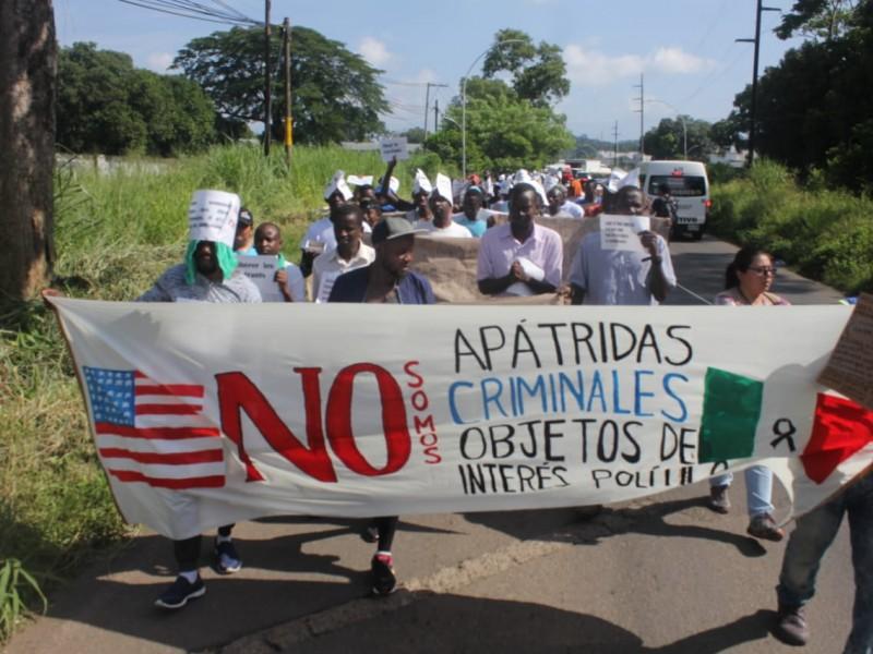 Marchan migrantes africanos para exigir oficios de salida