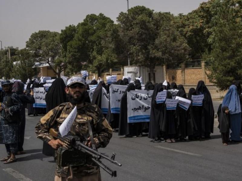 Marchan mujeres afganas apoyando al Taliban